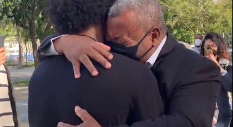 As lágrimas no abraço do pai Severino. Mistura de alegria, saudade e tristeza