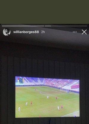 Willian vendo jogo do Corinthians