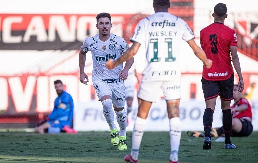 Willian comemora a dividida que acabou no gol contra de Eder. Palmeiras calculista
