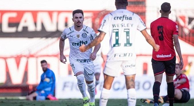 Willian e Wesley comemoram 1º gol palmeirense contra o Atlético-GO
