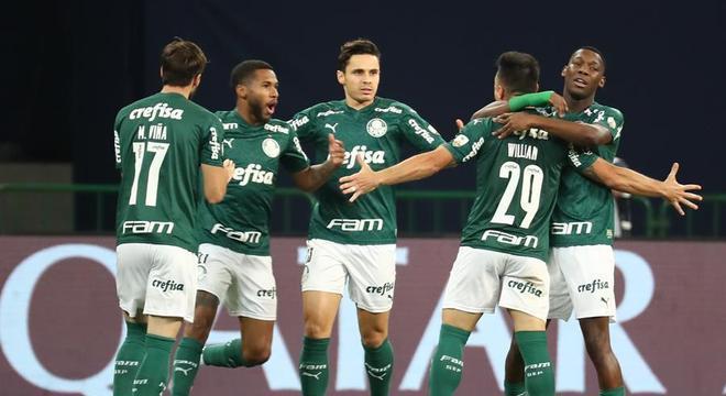 Jogadores do Palmeiras comemoram gol marcado sobre o Bolívar