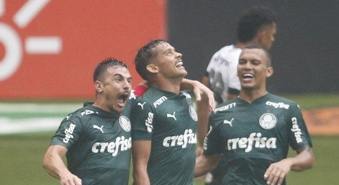 Jogadores do Palmeiras comemoram gol de Gustavo Scarpa sobre o Ceará