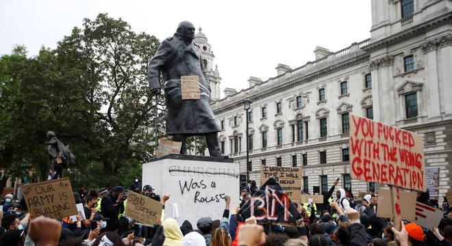 Estátua de Churchill, em Londres, também foi alvo dos manifestantes