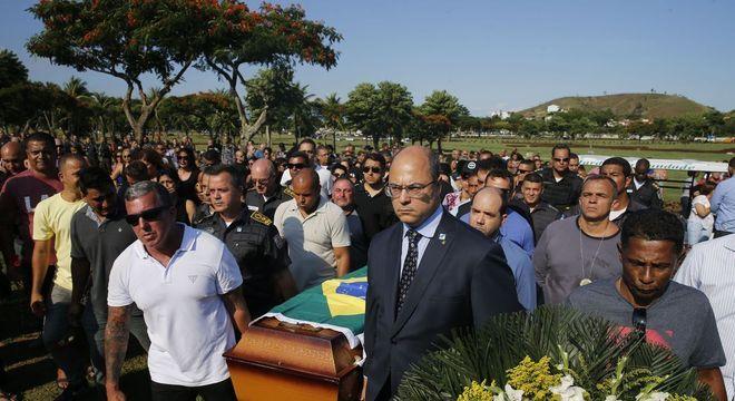 Governador do Rio carrega caixão de PM morto no Rio de Janeiro