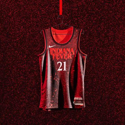 Indiana Fever - camiseta número 2:A cor do uniforme e a fonte numérica foram tiradas da série de sucesso Stranger Things, que se passa na cidade fictícia de Hawkins, Indiana