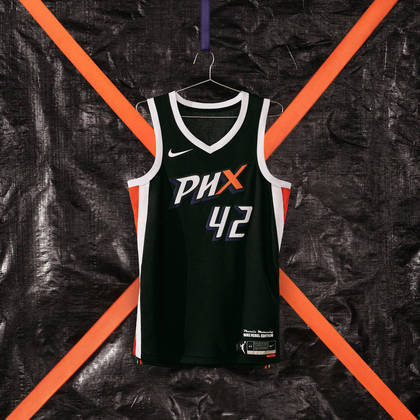"""Phoenix Mercury - camisa número 2: Com letras nítidas, detalhes brancos brilham na frente e nas costas do uniforme em uma homenagem ao """"X-Factor"""" - a base de fãs apaixonados do time"""