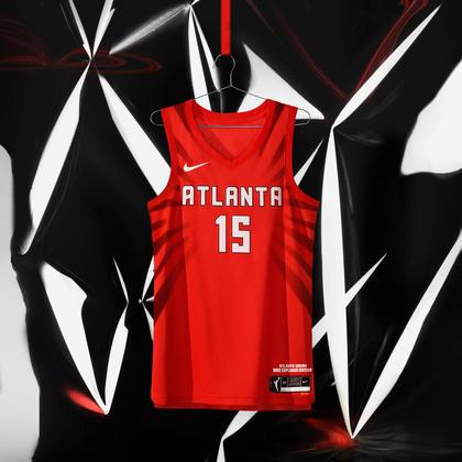 """Atlanta Dream - camiseta número 1: As marcas """"Dream"""" e """"Atlanta"""" estão na frente e no centro em tipografia ousada e se inspiram nos sinais feitos durante as marchas pelos direitos civis"""