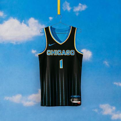 Chicago Sky - camiseta número 1:O uniforme representa os quarteirões da cidade de Chicago e o 5 contra 5 para o número de jogadoras na quadra