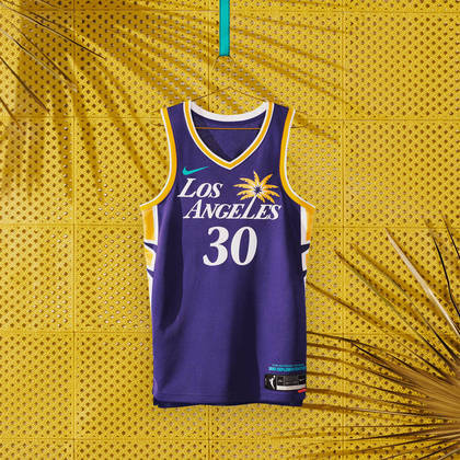 Los Angeles Sparks - camiseta número 1: Na frente e no centro do uniforme está o logotipo inspirado nas palmeiras, um símbolo icônico do clima californiano de Los Angeles, com avenidas largas e arborizadas