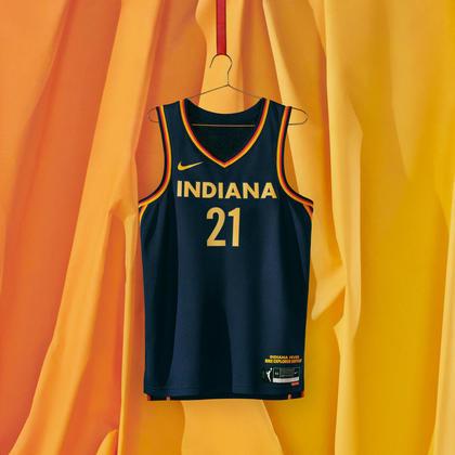 Indiana Fever - camiseta número 1:Inspirado em Lady Victory, o uniforme integra detalhes em forma de faixa nas laterais.Cada um apresenta 19 estrelas - uma alusão à bandeira do estado e ao lugar de Indiana como o 19º membro da união