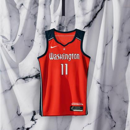 Washington Mystics - camiseta número 1: Semelhante aos monumentos de mármore da cidade, shoppings e estátuas, o uniforme se destaca como um poderoso pilar e símbolo da história de liderança e ação de Washington D.C