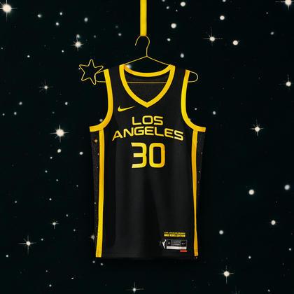 Los Angeles Sparks - camiseta número 2: Com um campo negro delimitado por listras amarelas e dezenas de estrelas brilhantes, o uniforme incorpora o brilho sem limites da Cidade dos Anjos. O uniforme também lembra o Black Mamba dos Lakers, desenhado por Kobe Bryant