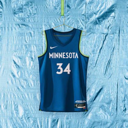 Minnesota Lynx - camiseta número 1:Um fundo azul gelado, representando os invernos frígidos do meio-oeste, enquanto as fitas laterais têm um uso preciso de verde, representando as orelhas dos felinos