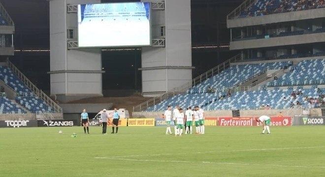 Árbitros e jogadores do Cuiabá em campo na última terça, pela Série B