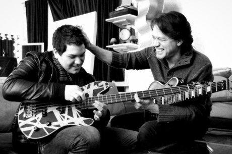 Wolfgang Van Halen posta foto com o pai