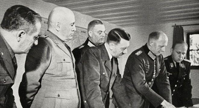 Wolfsschanze, agosto de 1941: Hitler (centro) e Mussolini (segundo à esquerda) estudam mapas mostrando a frente russa
