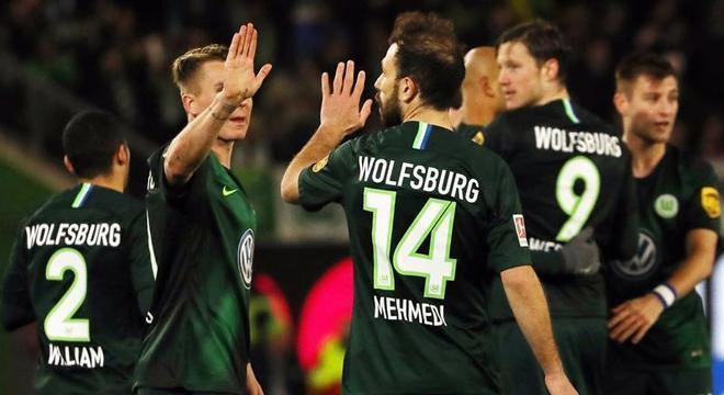 Jogadores do Wolfsburg comemoram gol no empate com o Werder Bremen