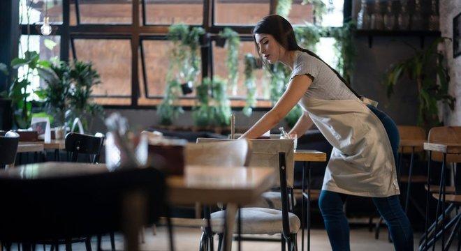 Pessoas que trabalham com limpeza e em bares estão entre os públicos alvo do novo aplicativo da Uber