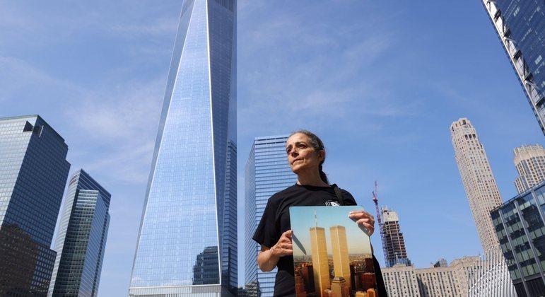 Professora posa em frente ao novo prédio construído no lugar dos atentados