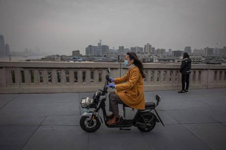 Cidadãos de Wuhan tentam retomar a rotina apesar do medo