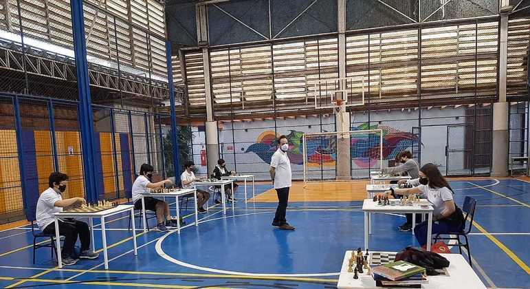 Estudantes participam de aula de xadrez: jogo desenvolve foco e concentração