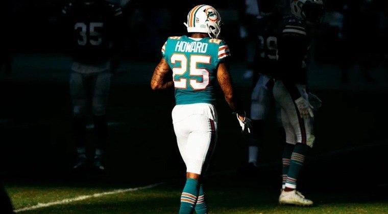 Xavien Howard – O cornerback do Miami Dolphins assinou uma mega extensão contratual no início de 2019. Mas o ano foi ruim, tendo sido ejetado na semana 3 após dar um tapa em rival. E tendo um problema no joelho que o fez perder 11 jogos.