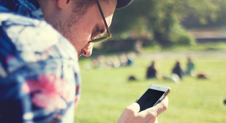 Investir em ações pela XP é simples: você precisa de um celular e um pouco de tempo para estudar – de qualquer lugar