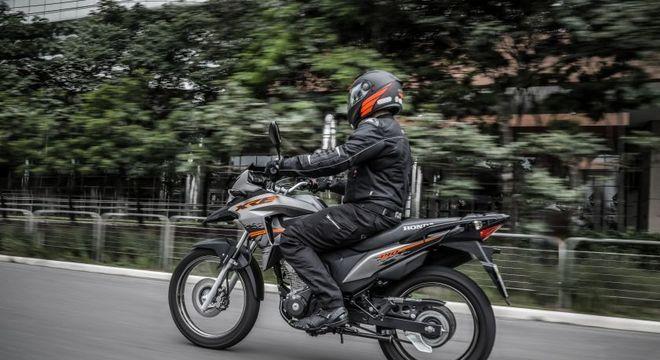 XRE 190 SE ganha novo grafismo nas cores cinza com elementos em laranja: mecânica não muda
