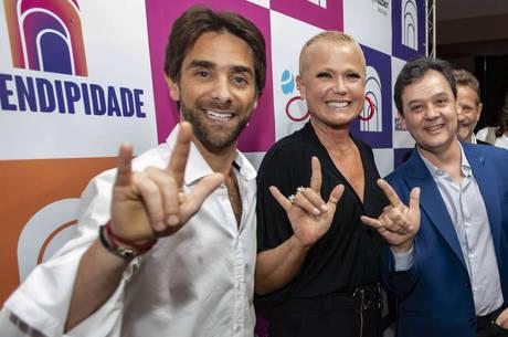 Henri, Xuxa e Paulo fazem sinal de libras 'I love you'