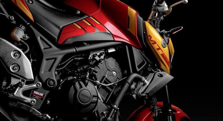 Moto tem cor vermelha como base e grafismos em dourado