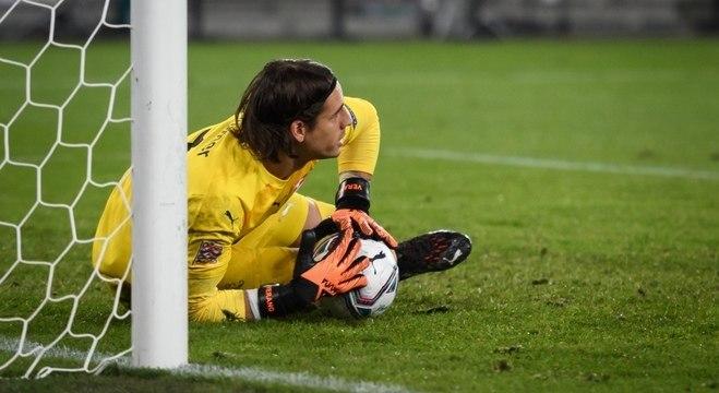 Yann Sommer, da Suíça, no instante da defesa do segundo pênalti batido por Sérgio Ramos