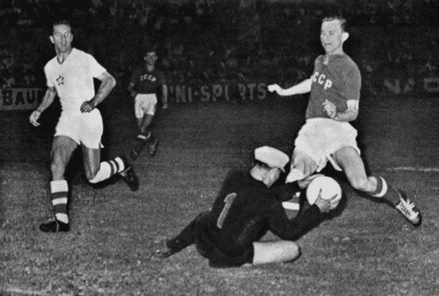 Yashin: grande goleiro da União Soviética, Yashin foi um dos maiores da posição de todos os tempos e defender pênaltis era uma de suas especialidades, marcando o goleiro na história para sempre.