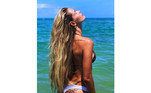 Ao natural, as madeixas de Yasmin assumem uma textura praiana