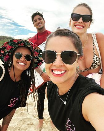 O surfista não escapou e também posou para selfiesVeja mais:Yasmin Brunet e Medina curtem resort com diárias de R$ 33 mil