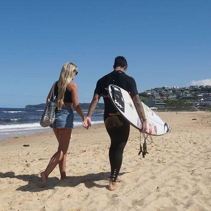 Depois do período de isolamento, o casal conseguiu curtir a praia e foi fotografado por fãs que estavam no local