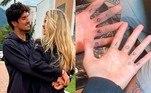 A modelo Yasmin Brunet e o surfista Gabriel Medina escreveram a palavra 'love' na parte interna dos dedos. Ele fez a arte, em abril do ano passado, quando a modelo foi retocar as letras que já estavam desenhadas. O casal também fez um sorriso no dedão do pé