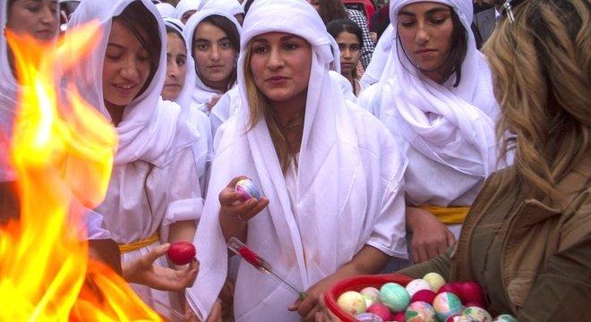 Ovos pintados e decorados é uma tradição yazidi para celebrar o ano novo
