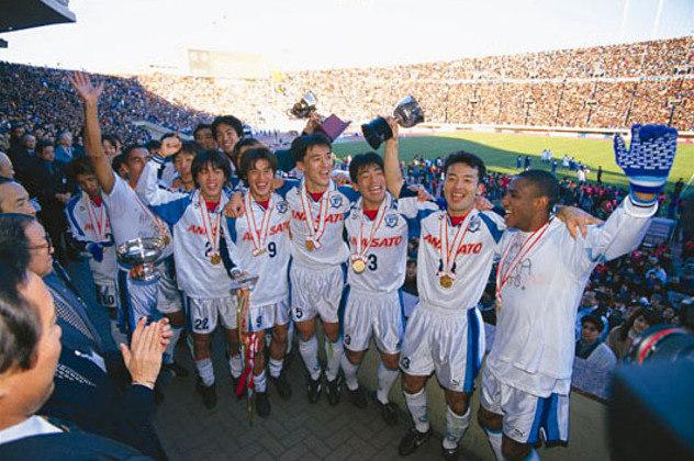 Yokohama Flugels - Clube japonês em que vários jogadores brasileiros atuaram nos anos 80 e 90 como: Edu Marangon, Evair, Zinho e César Sampaio, também sofreu com a falência. Em 98, após perder seu principal patrocinador, o clube fechou as portas. Tempos depois, os novos proprietários decidiram fundir o time com o rival da cidade, o Yokohama Marinos e criar o Yokohama F. Marinos.