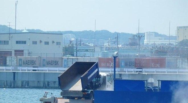Yokohama incinera o lixo combustível e lança cinzas em cais