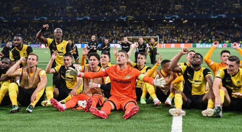 A celebração do elenco do Young Boys depois de bater o Manchester United