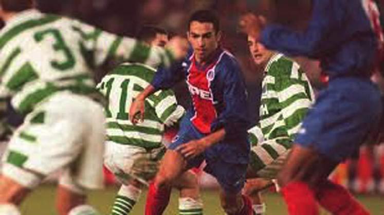 Youri Djorkaeff – Djorkaeff atuou como meia-atacante do time francês entre 1995 e 1996. Foi selecionado por Mbappé para a lista dos maiores jogadores da história do PSG na visão do craque