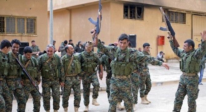 Membros da milícia curda Forças Democráticas da Síria: 'Facada nas costas'