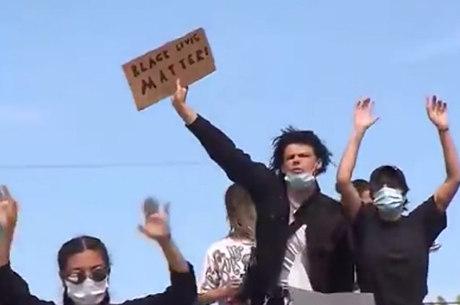 Yungblud flagrado em manifestação de Santa Monica