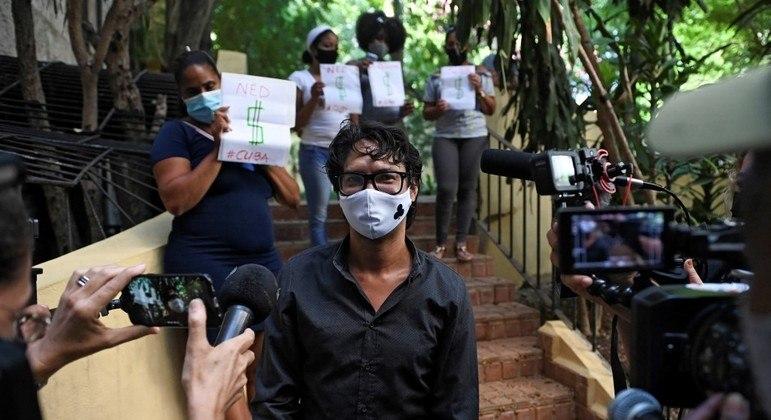 Yunior García, organizador da manifestação em Havana e líder do Archipiélago, é cercado pela imprensa