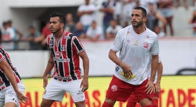 Zagueiro alvirrubro deixou o Clássico das Emoções ainda no início da partida. Ele passará por exames de imagem nesta segunda-feira (2)