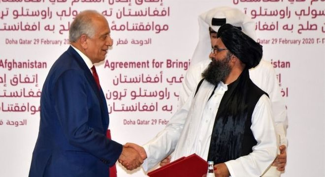 O enviado dos EUA, Zalmay Khalilzad, e o mulá do Taliban, Abdul Ghani Baradar, cumprimentaram o acordo