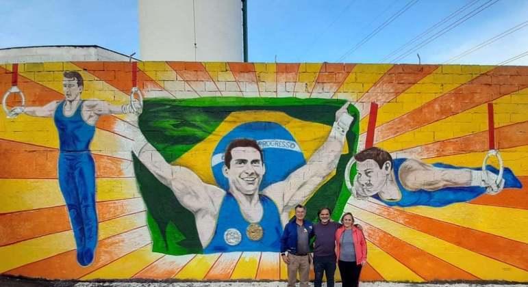 Pais de Arthur Zanetti mostram o painel com imagens do ginasta