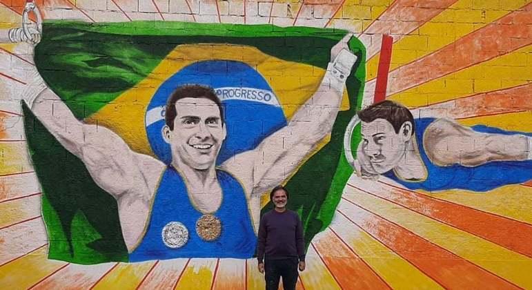 O grafiteiro Adilson Vieira pintou o muro da casa dos pais de Arthur Zanetti