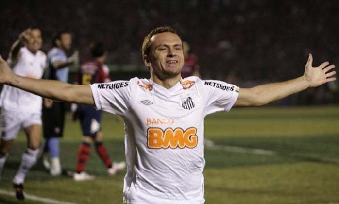 """Zé Love (1 gol) – O centroavante da conquista do Santos em 2011 chegou ao segundo jogo da semifinal sem marcar há 15 jogos, mas descantou logo aos dois minutos do empate em 3 a 3 contra o Cerro Porteño, no Paraguai. Foi o único do """"Artilheiro do Amor"""" no torneio continental."""