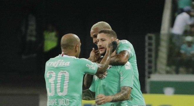 Zé Rafael recebeu o carinho de Felipe Melo e Deyverson após o gol